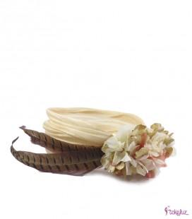 Banda turbante de flores preservadas con plumas faisán